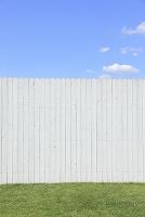 爽やかな青空と白い壁