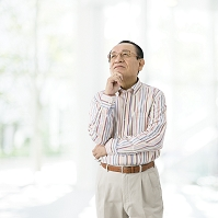 頬杖をつくシニアの日本人男性
