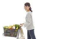 ショッピングカートを押す若い女性