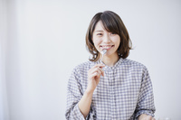 ケーキを食べる日本人女性
