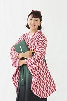 卒業証書と袴の日本人女性