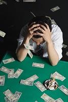 多額の負債を抱え込むイメージ