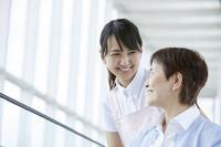 シニア女性と介護士の女性