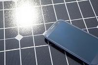 ソーラーパネルとスマートフォン