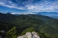 山梨県 鷹見岩から富士山(左奥)