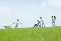 芝生で遊ぶ家族