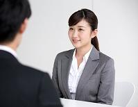 面接を受ける日本人ビジネスウーマン