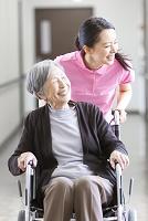 シニアをケアする日本人女性介護士