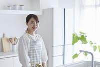 キッチンにいる日本人女性