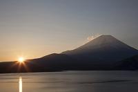山梨県 夜明けの本栖湖と富士山