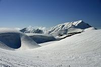 富山県 立山の春 ミクリガ池温泉 大日岳(左)と奥大日岳(右)