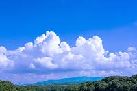 入道雲と緑の山並み
