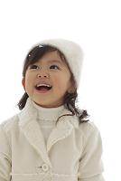 まっ白な冬の装いの女の子