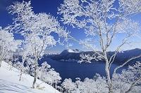 北海道 霧氷の摩周湖と摩周岳