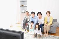 テレビ鑑賞で団らんする日本人三世代家族