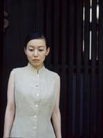 格子戸の前の日本人女性