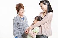 笑顔の日本人の女性三世代親子