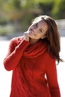 赤いニットを着た笑顔の外国人女性