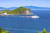 北海道 利尻富士町 姫沼展望台からフェリーとペシ岬