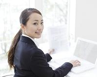 ノートパソコンに向かうビジネスウーマン