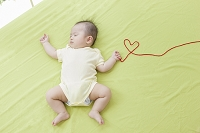 小指に赤い糸を結んだ日本人の赤ちゃん