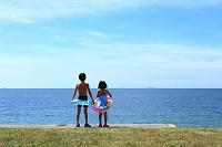 海を眺める子供