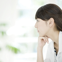 頬杖をつく日本人女性の横顔