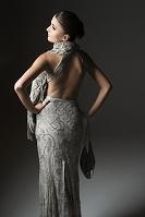 ドレスを着た女性の後ろ姿