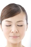 目を閉じた日本人女性の顔