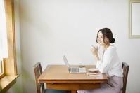 リモートワークをする日本人女性