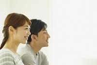 笑顔のカップルの横顔