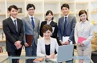 オフィスで並ぶ男女ビジネスチーム