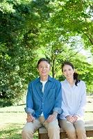 ベンチに座る日本人夫婦
