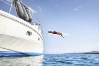 船から海に飛び込む外国人男性 海