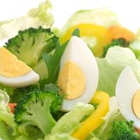 ゆで卵の入った野菜サラダ