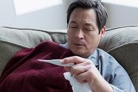 体温計を見る男性