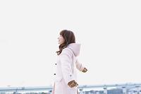 コートを着た日本人女性
