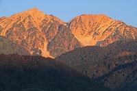 長野県 朝焼けの白馬鑓ヶ岳左と杓子岳右の山