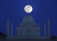 インド アーグラ タージ・マハルと月