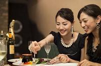 食事を楽しむ若い日本人女性