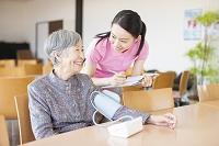 血圧を測るおばあちゃん