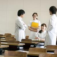 教室で談笑する医療系の学生