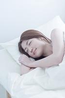 眠る日本人女性