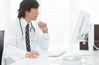 パソコンを操作する医師