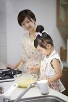 パンケーキを調理する日本人の母親と娘