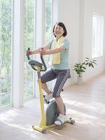 エアロバイクに乗る日本人女性