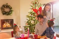 クリスマスを祝う外国人家族