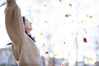 手を広げる日本人女性の横顔