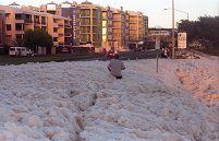 嵐の後海の泡で覆われたビーチ