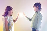 光に触れる子供たち